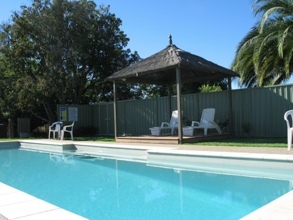 Golden Chain Wine Village Motor Inn - Whitsundays Accommodation